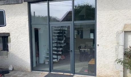 Installation de mur rideau avec porte d'entrée en aluminium